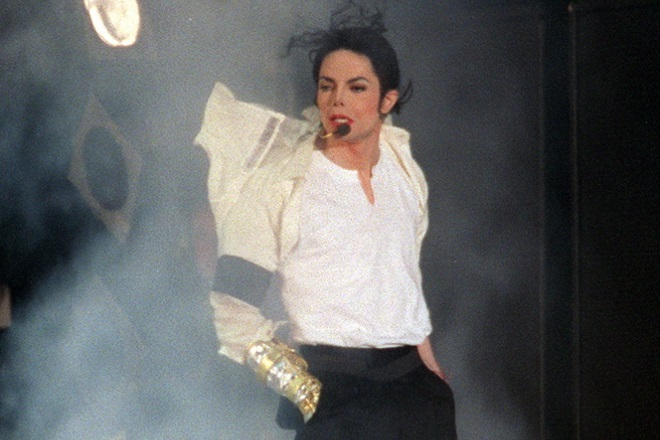 epa06963790 (FILE) - US singer Michael Jackson performs during the benefit concert 'Michael Jackson&Friends' at Olympic Stadium in Munich, Germany, 27 June 1999 (reissued 22 August 2018). Michael Jackson, the self-appointed 'King of Pop', would have turned 60 on 29 August 2018. He died on 25 June 2009 aged 50 after suffering a cardiac arrest.  EPA/VOLKER DORNBERGER  GERMANY OUT *** Local Caption *** 01774815