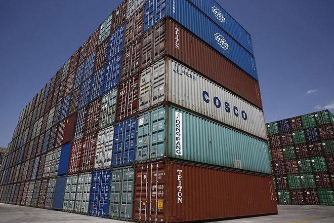 Φωτογραφία που δόθηκε σήμερα στη δημοσιότητα και εικονίζει τους χώρους αποθήκευσης κοντέϊνερ καθώς και τα σημεία φόρτωσης των πλοίων στις προβλήτες 2 και 3 της εταιρείας PCT της COSCO στο λιμάνι του Πειραιά, Παρασκευή 24 Αυγούστου 2018. Ο γενικός διευθυντής της PCT COSCO Zhang Anming ξενάγησε τον πρόεδρο - γενικό διευθυντή του ΑΠΕ ΜΠΕ Μιχάλη Ψύλο στις εγκαταστάσεις της PCT COSCO στον Πειραιά, Δευτέρα 27 Αυγούστου 2018. ΑΠΕ-ΜΠΕ/ΑΠΕ-ΜΠΕ/ΑΛΕΞΑΝΔΡΟΣ ΒΛΑΧΟΣ