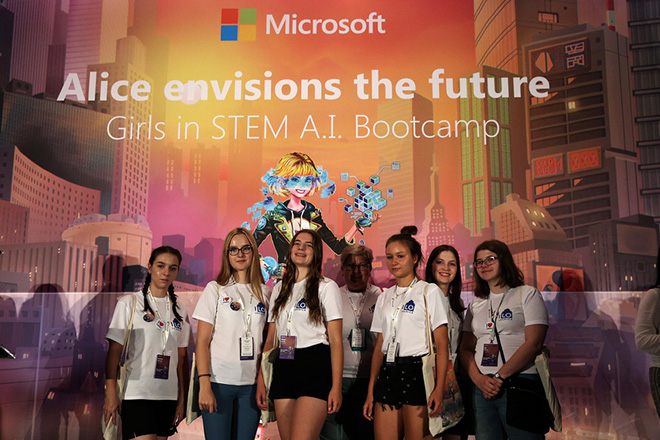 Μαθήτριες ηλικίας 15-17 ετών συμμετέχουν σε ένα τετραήμερο σεμινάριο με θέμα «Alice envisions the future – How Artificial Intelligence can impact the way we see the world» («Η Αλίκη στη Χώρα της Τεχνητής Νοημοσύνης: Το πρώτο AI Bootcamp για κορίτσια»), που για πρώτη φορά οργανώνει η Microsoft στην Κεντρική και Ανατολική Ευρώπη από τις 27 έως τις 30 Αυγούστου στην Αθήνα, σε κεντρικό ξενοδοχείο της Αθήνας, Δευτέρα 27 Αυγούστου 2018. Σκοπός του Bootcamp είναι να ενθαρρύνει και να εμπνεύσει σχεδόν 160 μαθήτριες ηλικίας 15-17 ετών να ακολουθήσουν το ενδιαφέρον τους για την επιστήμη και την τεχνολογία, καταρρίπτοντας το μύθο που επικρατεί γύρω από τις καριέρες αυτής της κατεύθυνσης και εμπνέοντάς τις να αποκτήσουν τον έλεγχο για τη μελλοντική τους επαγγελματική πορεία και να πραγματοποιήσουν τα όνειρά τους. ΑΠΕ-ΜΠΕ/ΑΠΕ-ΜΠΕ/ΣΥΜΕΛΑ ΠΑΝΤΖΑΡΤΖΗ