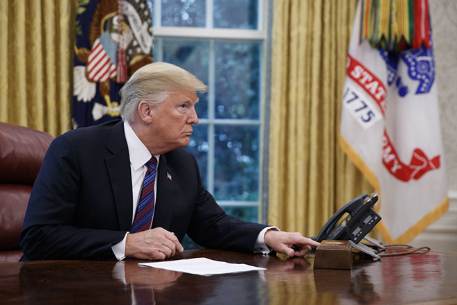 epa06976711 US President Donald J. Trump tries to connect the phone line with Mexican President Enrique Pena a Nieto to announce a trade deal in the Oval Office of the White House in Washington, DC, USA, 27 August 2018. President Trump said he will start negotiations with Canada soon but that it may have to be a separate trade agreement.  EPA/SHAWN THEW