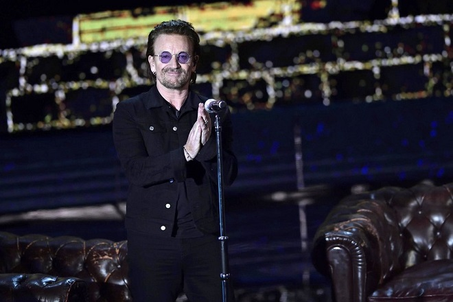 epa06382021 Bono, lead vocalist of Irish rock band U2, performs at 'Che tempo che fa' TV Show as the show was recorded in Milan, Italy, 07 December 2017 (issued 10 December 2017).  EPA/FLAVIO LO SCALZO