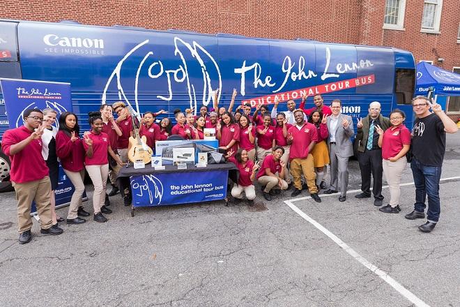Το «Λεωφορείο Τζον Λένον» ξεκινά την περιοδεία του παρέα με διάσημους καλλιτέχνες