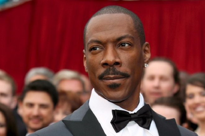 epa02902457 (FILES) US actor Eddie Murphy arrives for the 79th Annual Academy Awards at the Kodak Theatre in Hollywood, California, USA, 25 February 2007. Veteran Hollywood comedian Eddie Murphy will host the 2012 Oscars, telecast producers Brett Ratner and Don Mischer said on 06 September 2011.  EPA/SEAN MASTERSON