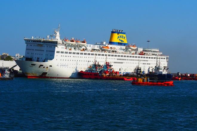 Συνεχίζεται το έργο της κατάσβεσης στο γκαράζ του πλοίου «Ελευθέριος Βενιζέλος»