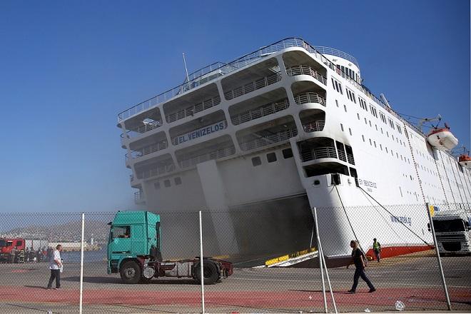 """Το πλοίο 'Ελ. Βενιζέλος"""" αγκυροβολημένο στο λιμάνι του Πειραιά μετά την πυρκαγιά που ξέσπασε χθες στο αμπάρι του ενώ ταξίδευε προς Κρήτη, Πειραιάς Πέμπτη 30 Αυγούστου 2018. Στο πλοίο δεκάδες πυροσβέστες επιχειρούν για δεύτερη μέρα για την κατάσβεση της πυρκαγιάς.  ΑΠΕ-ΜΠΕ/ΑΠΕ-ΜΠΕ/ΟΡΕΣΤΗΣ ΠΑΝΑΓΙΩΤΟΥ"""