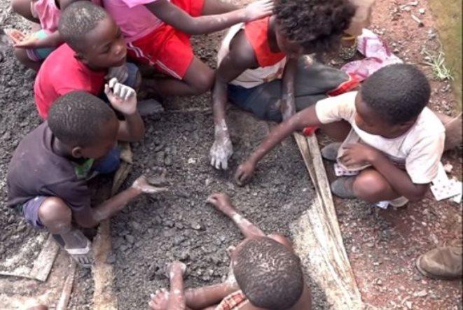 Στα «ορυχεία των smartphones» την εξόρυξη την κάνουν μικρά παιδιά