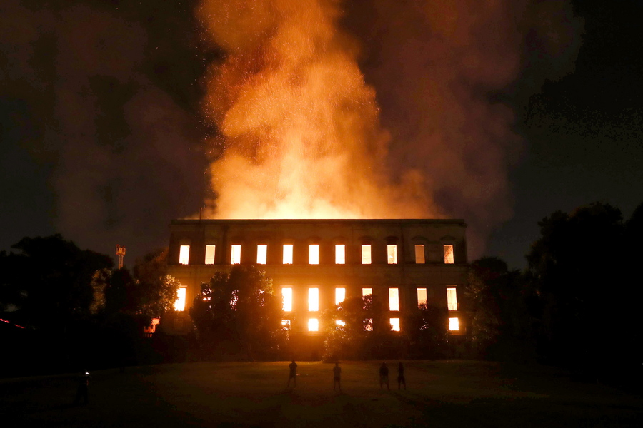 epa06993728 A fire burns inside the National Museum of Rio de Janeiro in Rio de Janeiro, Brazil, 02 September 2018. The museum houses some 20 million pieces that date back to the Brazilian imperial era. Authorities have said the cause of the fire is still unknown. No injuries have been reported.  EPA/MARCELO SAYAO