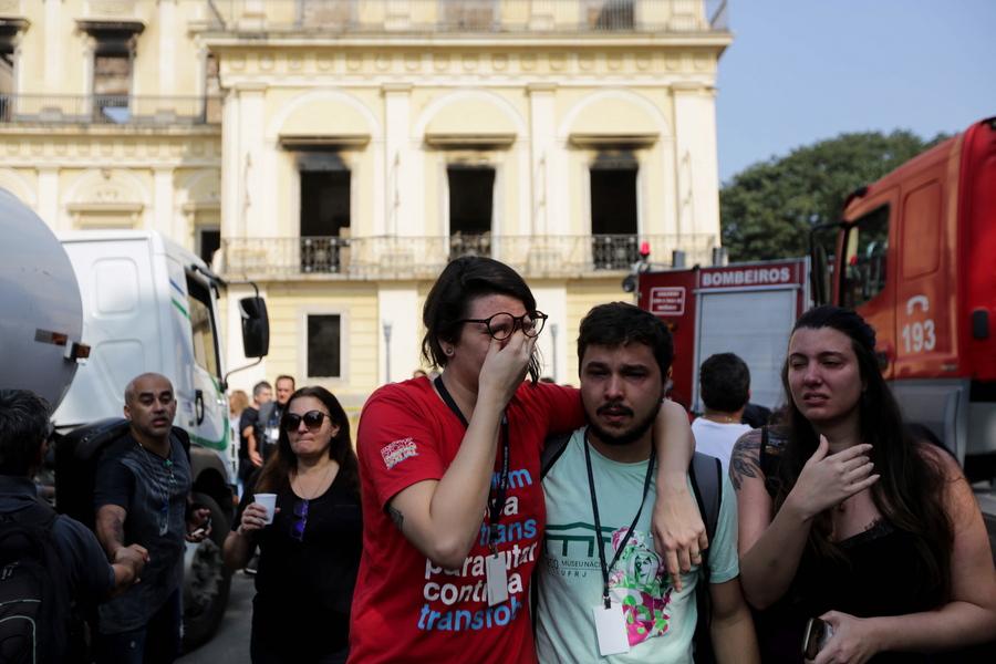 Θρήνος, οργή και πολλά ερωτήματα μετά την ολοκληρωτική καταστροφή του Εθνικού Μουσείου του Ρίο ντε Τζανέιρο