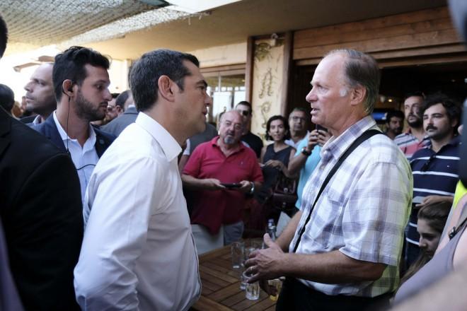 Ο πρωθυπουργός Αλέξης Τσίπρας μιλά με κατοίκους  στο Μάτι, Τρίτη 04 Σεπτεμβρίου 2018. Στο Μάτι βρίσκεται ο πρωθυπουργός Αλέξης Τσίπρας, ο οποίος έχει συνάντηση με επιτροπές κατοίκων οι οποίοι τον ενημερώνουν για τα ζητήματα που αποτελούν για τους ίδιους προτεραιότητες.Παρόντες και ο υπουργός Επικρατείας αρμόδιος για θέματα Καθημερινότητας του Πολίτη, Αλέκος Φλαμπουράρης, ο οποίος έχει και την ευθύνη συντονισμού για την επόμενη μέρα στο Μάτι, ο υπουργός Υποδομών και Μεταφορών, Χρήστος Σπίρτζης, ο υπουργός Εσωτερικών, Αλέξης Χαρίτσης, ο αναπληρωτής υπουργός Περιβάλλοντος και Ενέργειας, Σωκράτης Φάμελλος, η περιφερειάρχης Αττικής, Ρένα Δούρου. ΑΠΕ-ΜΠΕ/ΓΡΑΦΕΙΟ ΤΥΠΟΥ ΠΡΩΘΥΠΟΥΡΓΟΥ/Andrea Bonetti