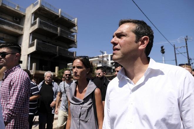 Ο πρωθυπουργός Αλέξης Τσίπρας, επιθεωρεί τις εργασίες αποκατάστασης των ζημιών στο Μάτι, Τρίτη 04 Σεπτεμβρίου 2018. Το Μάτι επισκέφτηκε ο πρωθυπουργός Αλέξης Τσίπρας, ο οποίος έχει συνάντηση με επιτροπές κατοίκων οι οποίοι τον ενημερώνουν για τα ζητήματα που αποτελούν για τους ίδιους προτεραιότητες. Παρόντες και ο υπουργός Επικρατείας αρμόδιος για θέματα Καθημερινότητας του Πολίτη, Αλέκος Φλαμπουράρης, ο οποίος έχει και την ευθύνη συντονισμού για την επόμενη μέρα στο Μάτι, ο υπουργός Υποδομών και Μεταφορών, Χρήστος Σπίρτζης, ο υπουργός Εσωτερικών, Αλέξης Χαρίτσης, ο αναπληρωτής υπουργός Περιβάλλοντος και Ενέργειας, Σωκράτης Φάμελλος, η περιφερειάρχης Αττικής, Ρένα Δούρου. Μετά τη δίωρη ανοικτή συνάντηση που είχε με τις επιτροπές κατοίκων ο πρωθυπουργός, μαζί με τους κατοίκους, το κυβερνητικό κλιμάκιο και την περιφερειάρχη Αττικής, Ρένα Δούρου, περπάτησε αρκετή ώρα στην πόλη και είχε την ευκαιρία να επιθεωρήσει τις διαδικασίες αποκατάστασης των ζημιών. ΑΠΕ-ΜΠΕ/ΓΡΑΦΕΙΟ ΤΥΠΟΥ ΠΡΩΘΥΠΟΥΡΓΟΥ/Andrea Bonetti