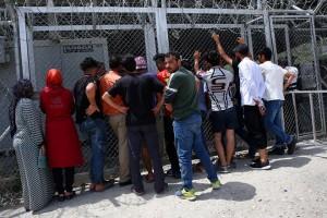 Πρόσφυγες περιμένουν στη σειρά προκειμένου να καταγραφούν στο Κέντρο Υποδοχής και Ταυτοποίησης στη Μόρια της Λέσβου, Παρασκευή 4 Μαίου 2018. Στο καταυλισμό της Μόριας την Παρασκευή το πρωί φιλοξενούντο 6996 πρόσφυγες και μετανάτες ενώ έχει δυνατότητα φιλοξενίας 2700 ατόμων. ΑΠΕ-ΜΠΕ/ΑΠΕ-ΜΠΕ/ΟΡΕΣΤΗΣ ΠΑΝΑΓΙΩΤΟΥ