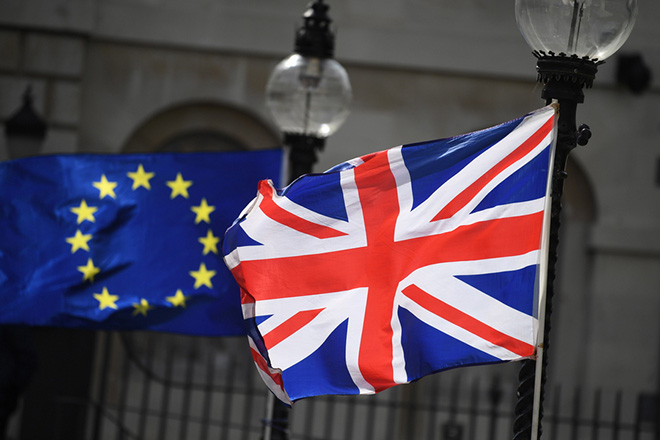 epa07010545 The British (R) and the EU (L) flags fly in London, Britain, 10 September 2018. 10 September 2018 marks 200 days to go until the United Kingdom formally leaves the European Union, dubbed Brexit.  EPA/NEIL HALL