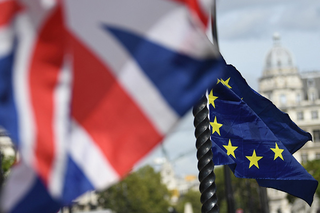 epa07010544 The British (L) and the EU (R) flags fly in London, Britain, 10 September 2018. 10 September 2018 marks 200 days to go until the United Kingdom formally leaves the European Union, dubbed Brexit.  EPA/NEIL HALL