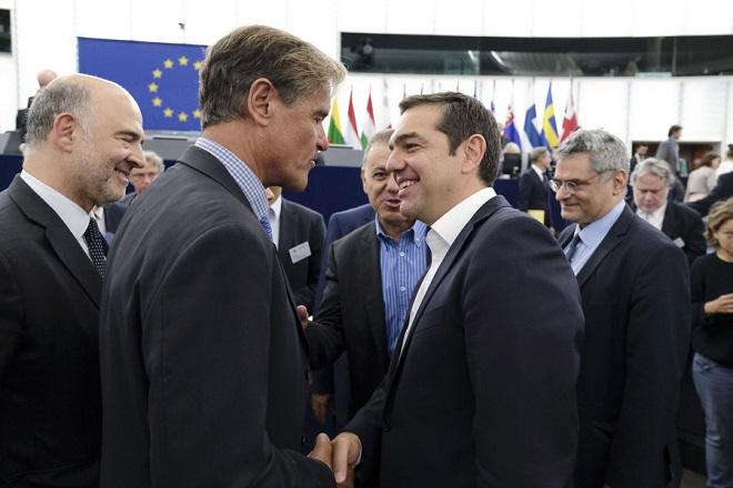 (Ξένη Δημοσίευση)  Ο πρωθυπουργός Αλέξης Τσίπρας (2Δ), συνομιλεί με τον επίτροπο Οικονομίας της ΕΕ, Πιέρ Μοσκοβισί (Α), την Τρίτη 11 Σεπτεμβρίου 2018.  Ο πρωθυπουργός πραγματοποίησε ομιλία στην Ολομέλεια του Ευρωπαϊκού Κοινοβουλίου στο Στρασβούργο για το μέλλον της Ευρώπης.  ΑΠΕ-ΜΠΕ/ΓΡΑΦΕΙΟ ΤΥΠΟΥ ΠΡΩΘΥΠΟΥΡΓΟΥ/Andrea Bonetti
