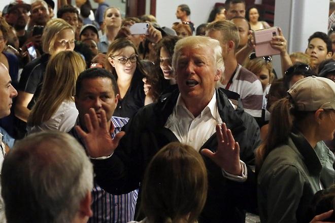 Ο Τραμπ δηλώνει «υπερήφανος» για τη διαχείριση της κρίσης του φονικού κυκλώνα στο Πουέρτο Ρίκο