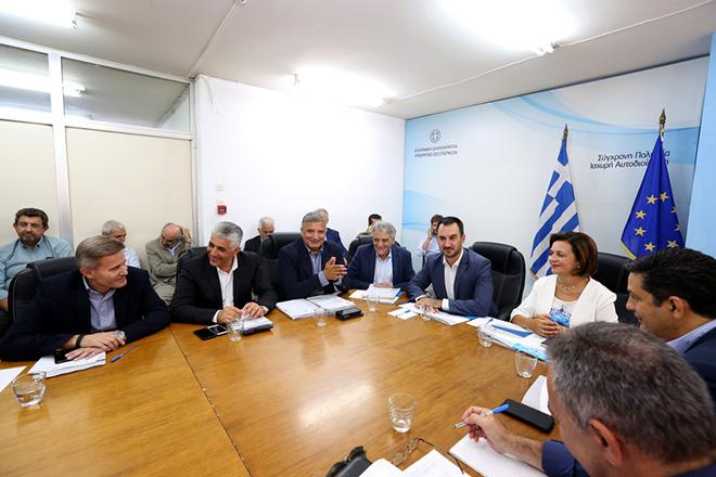 Ο υπουργός Εσωτερικών Αλέξης Χαρίτσης μαζί με την υφυπουργό Μαρίνα Χρυσοβελώνη συναντώνται με το προεδρείο της Κεντρικής Ένωσης Δήμων Ελλάδος (ΚΕΔΕ ) , Πέμπτη 13 Σεπτεμβρίου 2018. Συνάντηση με τον υπουργό Εσωτερικών Αλέξη Χαρίτση είχε η Κεντρική Ένωση Δήμων Ελλάδος στο υπουργείο. ΑΠΕ-ΜΠΕ/ΑΠΕ-ΜΠΕ/Βαγγέλης Βαρδουλάκης