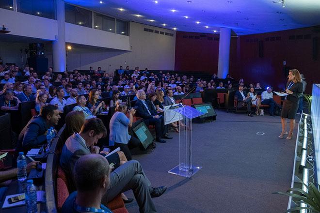 Κόσμος παρακολουθεί ομιλίες στην εκδήλωση του FACEBOOK, με τίτλο BOOST YOUR BUSINESS,  Παρασκευή 14 Σεπτεμβρίου 2018,  Η εκδήλωση παρουσιάζει τη συμβολή του Facebook στην ανάπτυξη των ελληνικών Μικρών και Μεσαίων Επιχειρήσεων (ΜΜΕ) και της ψηφιακής οικονομίας στο σύνολό της. Εντός των επόμενων ημερών αναμένεται να προκηρυχθεί το έργο για το ηλεκτρονικό ΓΕΜΗ (e-ΓΕΜΗ), που θα δώσει σε 130.000 ελληνικές επιχειρήσεις τη δυνατότητα να λάβουν απομακρυσμένη ψηφιακή υπογραφή και να μπορούν να καταθέτουν ηλεκτρονικά τους ισολογισμούς τους, παρακάμπτοντας πολλά γραφειοκρατικά εμπόδια, όπως γνωστοποίησε σήμερα, από τη Θεσσαλονίκη, ο υπουργός Ψηφιακής Πολιτικής, Τηλεπικοινωνιών και Ενημέρωσης, Νίκος Παππάς.  ΑΠΕ-ΜΠΕ/ΑΠΕ-ΜΠΕ/ΝΙΚΟΣ ΑΡΒΑΝΙΤΙΔΗΣ