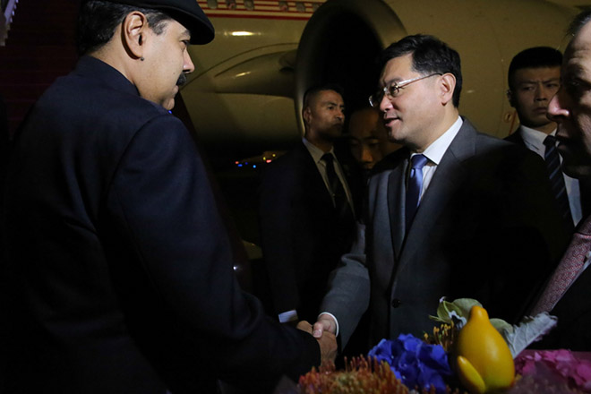 epa07019022 A handout picture made available by Venezuela's Presidential Press Office shows Venezuelan President, Nicolas Maduro (L), being greeted by Chinese officials as he arrives to Beijing, China, 13 September 2018 (issued 14 September 2018). Maduro started his State visit to China where he will be staying until 16 September 2018.  EPA/PRENSA MIRAFLORES HANDOUT EDITORIAL USE ONLY HANDOUT EDITORIAL USE ONLY/NO SALES