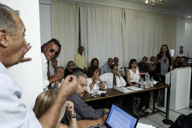 Ο υπουργός Υποδομών και Μεταφορών, Χρήστος Σπίρτζης (Κ), η αναπληρώτρια Υπουργός Κοινωνικής Αλληλεγγύης, Θεανώ Φωτίου (κέντρο Α) και ο δήμαρχος Μαραθώνα, Ηλίας Ψινάκης (2ος Δ), παίρνουν μέρος σε συζήτηση με κατοίκους των πυρόπληκτων δήμων Μαραθώνα και Ραφήνας, για την επίλυση των προβλημάτων που έχουν προκύψει μετά τις φονικές πυρκαγιές της 23ης Ιουλίου, στον Ν. Βουτζά, κοντά στην Αθήνα, Παρασκευή 14 Σεπτεμβρίου 2018.  ΑΠΕ-ΜΠΕ/ΑΠΕ-ΜΠΕ/ΓΙΑΝΝΗΣ ΚΟΛΕΣΙΔΗΣ