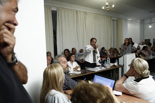 Ο υπουργός Υποδομών και Μεταφορών, Χρήστος Σπίρτζης (Κ) μιλάει δίπλα στην αναπληρώτρια υπουργό Κοινωνικής Αλληλεγγύης, Θεανώ Φωτίου (κέντρο Α), κατά τη διάρκεια συζήτησης με κατοίκους των πυρόπληκτων δήμων Μαραθώνα και Ραφήνας, για την επίλυση των προβλημάτων που έχουν προκύψει μετά τις φονικές πυρκαγιές της 23ης Ιουλίου, στον Ν. Βουτζά, κοντά στην Αθήνα, Παρασκευή 14 Σεπτεμβρίου 2018.  ΑΠΕ-ΜΠΕ/ΑΠΕ-ΜΠΕ/ΓΙΑΝΝΗΣ ΚΟΛΕΣΙΔΗΣ