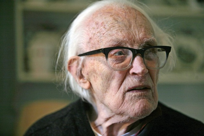 epa02063561 (FILE) A file photograph showing former British Labour party leader and politician Michael  Foot in his home in Hampstead, north London, England, on 05 October 2007. It was announced on 03 March 2010 that the former Labour Party leader Michael Foot has died, aged 96. Mr Foot was elected Labour leader in 1980, succeeding Jim Callaghan, but stood down after a heavy defeat in the 1983 election to Conservative Party leader Margaret Thatcher. Mr Foot, born 23 July 1913, who was also a writer, was first elected to the British Parliament in 1945 and was a Member of Parliament for 42 years.  EPA/STR  NO ARCHIVES - UK AND IRELAND OUT