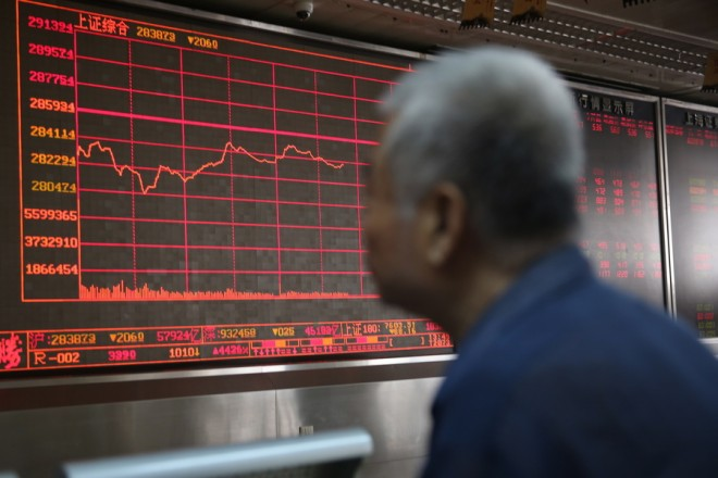 epa06840582 An elder Chinese investor watches an electronic board showing the stock index and prices at a securities brokerage house in Beijing, China, 26 June 2018. The Shanghai composite index closed at 2,844.51, down 0.52 percent. The Shenzhen composite index closed at 9,339.37, up 0.16 percent.  EPA/WU HONG