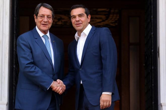 Ο πρωθυπουργός Αλέξης Τσίπρας (Δ)  υποδέχεται τον Πρόεδρο της Κύπρου Νίκο Αναστασιάδη(Α)  στη συνάντησή  τους στο Μέγαρο Μαξίμου, Αθήνα Δευτέρα 17 Σεπτεμβρίου 2018. Ο Πρόεδρος της Κύπρου βρίσκεται στην Αθήνα σε μονοήμερη επίσκεψη εργασίας.  ΑΠΕ-ΜΠΕ/ΑΠΕ-ΜΠΕ/ΟΡΕΣΤΗΣ ΠΑΝΑΓΙΩΤΟΥ