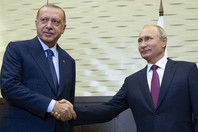epa07027153 Russian President Vladimir Putin (R) and Turkish President Recep Tayyip Erdogan shake hands during their meeting in the Bocharov Ruchei residence in the Black Sea resort of Sochi, Russia, 17 September 2018. The presidents of Russia and Turkey are meeting in the Russian Black Sea resort of Sochi in a bid to find a diplomatic resolution to the crisis around Idlib, a rebel-held region in Syria.  EPA/ALEXANDER ZEMLIANICHENKO / POOL