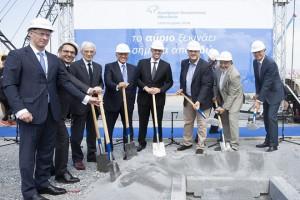 """Οι υπεύθυνοι της Fraport Greece ρίχνουν χώμα στην πλάκα θεμελίωσης κατά τη διάρκεια της  τελετής θεμελίωσης του νέου Τερματικού Σταθμού (Αεροσταθμού) του Αεροδρομίου Μακεδονία. Θεσσαλονίκη, Τετάρτη 19 Σεπτεμβρίου 2018. Η Fraport Greece παρουσίασε το νέο Τερματικό Σταθμό στο αεροδρόμιο """"Μακεδονία"""".  ΑΠΕ ΜΠΕ/PIXEL/ΜΠΑΡΜΠΑΡΟΥΣΗΣ ΣΩΤΗΡΗΣ"""