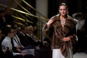 """epa00527878 A model displays a fur coat by Russia's fur fashion designer Klavdia Zavialova during the show """"Furs and Chic"""" at the Pushkin museum in Moscow, Tuesday 13 September 2005.  EPA/SERGEI ILNITSKY"""