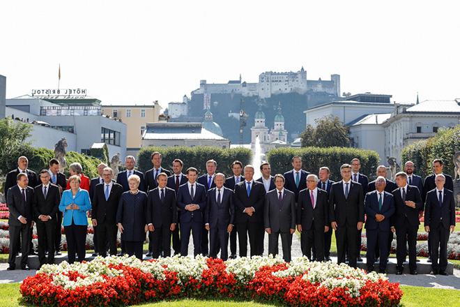 Ο πρωθυπουργός Αλέξης Τσίπρας, στην οικογενειακή φωτογραφία των ηγετών κατά τη διάρκεια της άτυπης Συνόδου Κορυφής της Ευρωπαϊκής Ένωσης στο Σάλτσμπουργκ, την Πέμπτη 20 Σεπτεμβρίου 2018.  ΑΠΕ-ΜΠΕ/consilium.europa.eu/DARIO PIGNATELLI
