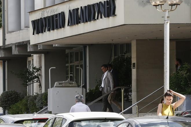 Ο υπουργός Οικονομικών Ευκλείδης Τσακαλώτος (Κ) εξέρχεται από το υπουργείο Δικαιοσύνης μετά τη συνάντησή του με τους επικεφαλείς των θεσμών, Αθήνα, Τετάρτη 12 Σεπτεμβρίου 2018.  ΑΠΕ-ΜΠΕ/ΑΠΕ-ΜΠΕ/ΓΙΑΝΝΗΣ ΚΟΛΕΣΙΔΗΣ