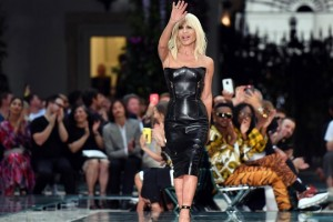 epa06814148 Italian designer Donatella Versace appears on the catwalk at the end of the presentation of her Versace Spring-Summer 2019 Men's collection during the Milan Men's Fashion Week, in Milan, Italy, 16 June 2018. The Milano Moda Uomo displays Spring/Summer 2019 collections and runs from 15 to 18 June.  EPA/DANIEL DAL ZENNARO