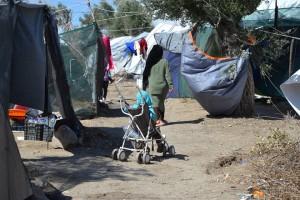 Αφγανοί πρόσφυγες που διαμένουν σε σκηνές στον εξωτερικό χώρο του Κέντρου Υποδοχής και Ταυτοποίησης της Μόριας προσπαθούν να τις προστατεύσουν λόγω των ισχυρών ανέμων που πνέουν σε πολλές θαλάσσιες περιοχές και φθάνουν κατά τόπους τα 9 με 10 μποφόρ. Τετάρτη 26 Σεπτεμβρίου 2018.  ΑΠΕ- ΜΠΕ/ ΑΠΕ-ΜΠΕ /ΣΤΡΑΤΗΣ ΜΠΑΛΑΣΚΑΣ