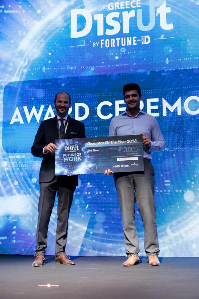O Άγγελος Αλαμάνος της ΣΟΛ Crowe δίνει το βραβείο στην Apifon