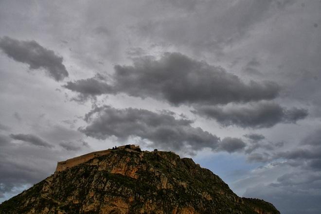 Καιρός: Συννεφιασμένο και βροχερό το σκηνικό – Πώς θα είναι ο καιρός την Πρωτομαγιά