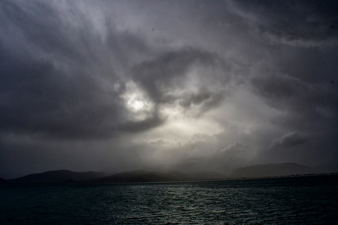 Υποχωρεί ο καύσωνας την Πέμπτη και δίνει τη θέση του σε καταιγίδες και πτώση της θερμοκρασίας