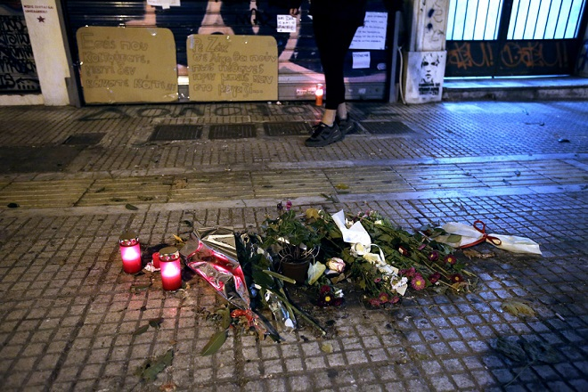 Διαδηλωτές αφήνουν λουλούδια και κεριά έξω από το κοσμηματοπωλείο της οδού Γλάδστωνος κοντά στην Ομόνοια μετά από συγκέντρωση και πορεία διαμαρτυρίας προς το Σύνταγμα για τον θάνατο του Ζακ Κωστόπουλου, την Τετάρτη 26 Σεπτεμβρίου 2018. ΑΠΕ-ΜΠΕ/ΑΠΕ-ΜΠΕ/ΣΥΜΕΛΑ ΠΑΝΤΖΑΡΤΖΗ