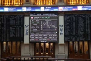 epa07060860 An information panel shows the evolution of Spanish index IBEX 35 at the stock market in Madrid, Spain, 01 October 2018. IBEX 35 dropped a 0.12 per cent at the start of the trading day down to 9,374.60 points.  EPA/Zipi