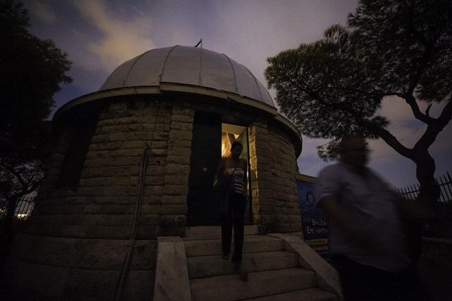 Πολίτες αποχωρούν από το Εθνικό αστεροσκοπείο Αθηνών. Αθήνα Σάββατο 06 Σεπτεμβρίου 2014. Το Εθνικό Αστεροσκοπείο Αθηνών αν και άνοιξε τις θύρες του για το ευρύ κοινό, σε μια προκαταρκτική εκδήλωση στο πλαίσιο της «Βραδιάς του Ερευνητή 2014» που θα πραγματοποιηθεί στις 26 Σεπτεμβρίου,  οι καιρικές συνθήκες δεν ευνόησαν την εκδήλωση, αφού η  βροχή δεν επέτρεψε την παρατήρηση των αστερισμών από τους πολίτες που ανταποκρίθηκαν στην πρόσκληση. ΑΠΕ-ΜΠΕ/ΑΠΕ-ΜΠΕ/Φώτης Πλέγας Γ.