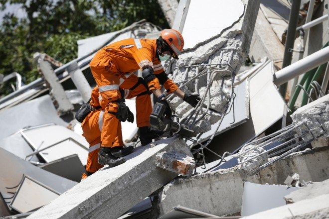 epa07060691 Indonesian rescuers work on the collapsed Roa Roa hotel as they try to find survivors in Palu, central Sulawesi, Indonesia, 01 October 2018. According to reports, at least 832 people have died as a result of a series of powerful earthquakes that hit central Sulawesi on 28 September 2018 and triggered a tsunami.  EPA/MAST IRHAM