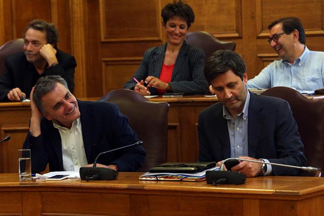 Ο υπουργός Οικονομικών  Ευκλείδης Τσακαλώτος (Α) και ο αναπληρωτής υπουργός Οικονομικών Γιώργος Χουλιαράκης (Δ)  στη σημερινή συνεδρίαση της διευρυμένης ΕΠΕΚΕ της ΚΟ του ΣΥΡΙΖΑ στη Βουλή, σχετικά με την ενημέρωση για το προσχέδιο προϋπολογισμού του 2019, Τετάρτη 3 Οκτωβρίου 2018. ΑΠΕ-ΜΠΕ/ΑΠΕ-ΜΠΕ/Αλέξανδρος Μπελτές