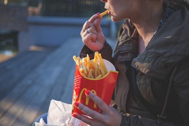 Πάνω από το ένα τρίτο των ενήλικων Αμερικανών καταναλώνουν καθημερινά πρόχειρο φαγητό