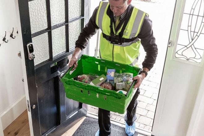 Διανομή κατ' οίκον όσο λείπουν οι πελάτες από το σπίτι προσφέρει δοκιμαστικά βρετανική αλυσίδα σούπερ μάρκετ