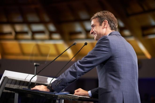 Ο πρόεδρος της Νέας Δημοκρατίας Κυριάκος Μητσοτάκης μιλάει σε κομματικά στελέχη στο Κτήμα Τσουμάνη στην Πρέβεζα, κατά τη διάρκεια της περιοδείας του στους Νομούς Άρτας και Πρέβεζας, τη Δευτέρα 8 Οκτωβρίου 2018. Με επίσκεψη στην αγορά της Άρτας ξεκίνησε η περιοδεία που πραγματοποιεί ο πρόεδρος της ΝΔ, στη συνέχεια επισκέφτηκε το εκκλησιαστικό μνημείο, τον ιερό ναό της Παρηγορήτισσας και το δημαρχείο όπου συναντήθηκε με αυτοδιοικητικούς παράγοντες. Στο πλαίσιο της περιοδείας του, θα επισκεφθεί τον αρχαιολογικό χώρο της Νικόπολης στην Πρεβεζα, ενώ το βράδυ θα μιλήσει σε στελέχη του κόμματός του. ΑΠΕ-ΜΠΕ/ΓΡΑΦΕΙΟ ΤΥΠΟΥ ΝΔ/ΔΗΜΗΤΡΗΣ  ΠΑΠΑΜΗΤΣΟΣ