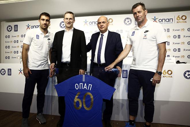 Ο διευθύνων σύμβουλος του ΟΠΑΠ Damien Cope (2Α) με τον πρόεδρο της ΕΠΟ Βαγγέλη Γραμμένο (2Δ), τον προπονητής της εθνικής ομάδας ποδοσφαίρου Michael Skibe (Δ) και τον αρχηγό της εθνικής ομάδας ποδοσφαίρου Σωκράτη Παπασταθόπουλο (Α) φωτογραφίζονται στην εκδήλωση για τη συνέχιση της χορηγικής συνεργασίας ΟΠΑΠ και ΕΠΟ, στα γραφεία του ΟΠΑΠ, Τετάρτη 10 Οκτωβρίου 2018. ΑΠΕ-ΜΠΕ/ΑΠΕ-ΜΠΕ/ΑΛΕΞΑΝΔΡΟΣ ΒΛΑΧΟΣ