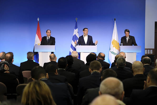 (Ξένη Δημοσίευση). Ο πρωθυπουργός, Αλέξης Τσίπρας (Κ)  με τον Πρόεδρο της Κυπριακής Δημοκρατίας, Νίκο Αναστασιάδη (Δ) και τον Πρόεδρο της Αραβικής Δημοκρατίας της Αιγύπτου, Αμπντέλ Φατάχ αλ Σίσι (Α) κάνουν κοινές δηλώσεις, στην 6η Τριμερή Σύνοδο Κορυφής Ελλάδας, Κύπρου και Αιγύπτου, στην Ελούντα της Κρήτης, Τετάρτη 10 Οκτωβρίου 2018. Ολοκληρώθηκαν οι τριμερείς διαβουλεύσεις των αντιπροσωπειών Ελλάδας-Κύπρου-Αιγύπτου. Στη συνέχεια  πραγματοποιήθηκε υπογραφή Συμφωνίας και Μνημονίων Συνεργασίας και κοινές δηλώσεις του πρωθυπουργού, Αλέξη Τσίπρα, με τον Πρόεδρο της Κυπριακής Δημοκρατίας, Νίκο Αναστασιάδη και τον Πρόεδρο της Αραβικής Δημοκρατίας της Αιγύπτου, Αμπντέλ Φατάχ αλ Σίσι, προς τους εκπροσώπους των ΜΜΕ. Η τριμερής Σύνοδος ολοκληρώνεται με γεύμα εργασίας των αντιπροσωπειών. ΑΠΕ-ΜΠΕ/ΓΡΑΦΕΙΟ ΤΥΠΟΥ ΠΡΩΘΥΠΟΥΡΓΟΥ/ANDREA BONETTI