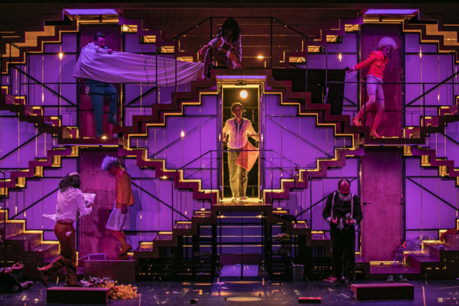 """(Ξένη Δημοσίευση). Φωτογραφία που δόθηκε σήμερα στη δημοσιότητα και εικονίζει στιγιότυπο από τη θεατρική παράσταση """"Το Σώσε"""", του Μάικλ Φρέιν, που θα παρουσιαστεί από τις 10-27 Οκτωβρίου 2018, στην Κεντρική Σκηνή της Στέγης του Ιδρύματος Ωνάση. Σε ένα επιβλητικό σκηνικό-ανθρώπινη κυψέλη, που βουίζει από τις προσβολές και τις παρεξηγήσεις, οι ηθοποιοί ξεχνούν τα λόγια τους, ο σκηνοθέτης ωρύεται, τα κοστούμια ξηλώνονται, ενώ οι σαρδέλες, τα τσεκούρια και οι ανθοδέσμες βρίσκονται πάντα στο λάθος μέρος τη λάθος στιγμή... Θέατρο μέσα στο θέατρο, φάρσα μέσα στη φάρσα, γκάφα πάνω στην γκάφα. Ένας ύμνος στο λάθος. Παίζουν: Κωνσταντίνος Αβαρικιώτης, Μιχάλης Κίμωνας, Γιάννης Κλίνης, Σοφία Κόκκαλη, Έμιλυ Κολιανδρή, Έκτορας Λυγίζος, Άννα Μάσχα, Άρης Μπαλής, Αρετή Σεϊνταρίδου. Τετάρτη 10 Οκτωβρίου 2018. ΑΠΕ-ΜΠΕ/ΣΤΕΓΗ ΙΔΡΥΜΑΤΟΣ ΩΝΑΣΗ/ΣΙΜΟΠΟΥΛΟΣ ΑΝΤΡΕΑΣ"""