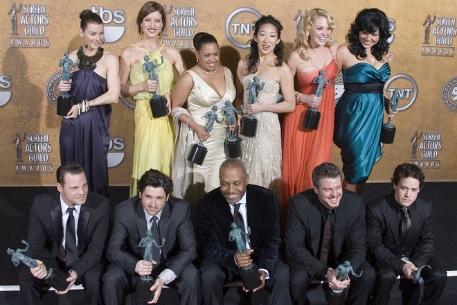 epa00917108 The cast of 'Grey's Anatomy' wins for An Ensemble In A Drama Series at the 13th Annual Screen Actors Guild Awards at the Shrine Auditorium in Los Angeles, California Sunday, 28 January 2007.  EPA/PAUL BUCK