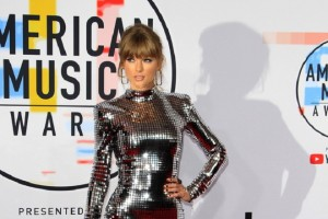 epa07081801 Taylor Swift arrives for the 2018 American Music Awards at the Microsoft Theater in Los Angeles, California, USA, 09 October 2018.  EPA/NINA PROMMER